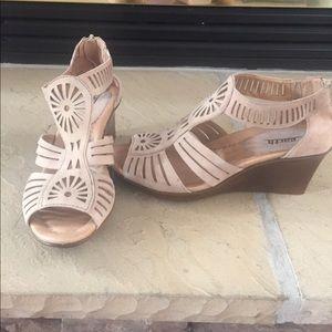 Women's Wedge Earth Sandal Barely Worn
